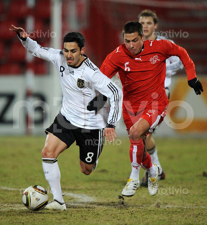 FUSSBALL   INTERNATIONAL   U20 FREUNDSCHAFTSSPIEL Deutschland - Schweiz            03.03.2010    Ilkay GUENDOGAN (li, Deutschland) gegen Alain WISS (re, Schweiz)