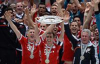 Fussball 1. Bundesliga   Saison  2012/2013   34. Spieltag   FC Bayern Muenchen  - FC Augsburg     10.05.2013 JUBEL; Deutscher Meister 2012/2013 FC Bayern Muenchen Philipp Lahm (Mitte) mit Meisteschale und Bastian Schweinsteiger (li) und Trainer Jupp Heynckes (re)