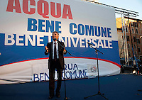 "Roma 25 maggio 2010.«Acqua bene comune. Bene universale»..Manifestazione a Piazza della Rotonda contro la  legge che privatizza l'acqua.. Nichi Vendola presidente della Regione Puglia..Rome May 25, 2010.""Water common good. Universal good. "".Demonstration in Piazza della Rotonda against the law to privatize water.. President of the Puglia Region Nichi Vendola."