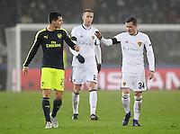FUSSBALL CHAMPIONS LEAGUE SAISON 2016/2017 GRUPPENPHASE FC Basel - Arsenal London            06.12.2016 Shake Hands; Granit Xhaka (li, Arsenal) mit Bruder Taulant Xhaka (FC Basel)