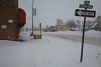 Detroit: paesaggio urbano d'inverno. Una strada innevata, negozi e cartelli stradali. Nessuno per strada.