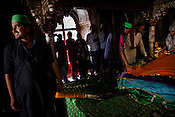 Pilgrims offer prayers inside the Chisti Dargah in Fatehpur Sikri in Agra, Uttar Pradesh in India. Photo: Sanjit Das/Panos pour Le Point