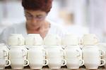 Proceso de creacion de ceramica en la fabrica de Sargadelos en Cervo, Lugo. Elementos de juegos de cafe y te.