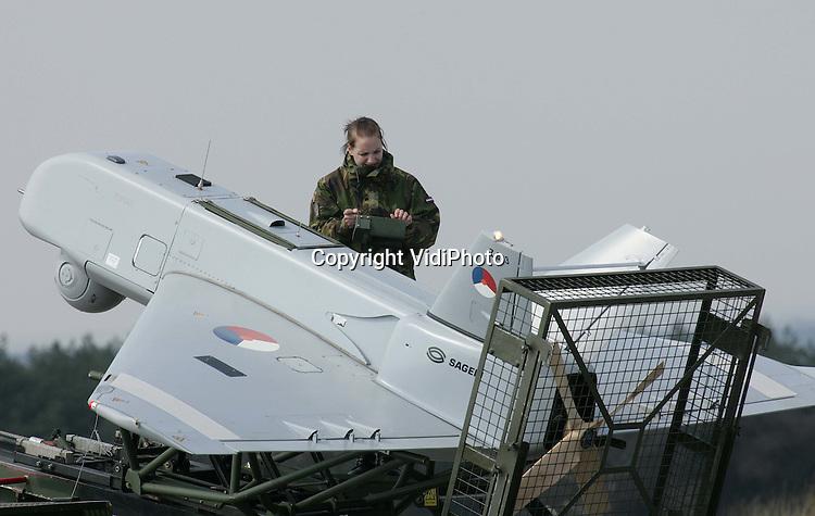 Foto: VidiPhoto..'t HARDE - Een onbemand verkenningsvliegtuig, een Sperwer, van de Koninklijke Landmacht wordt woensdag in gereedheid gebracht voor een eerste vlucht buiten de militaire oefenterreinen van Defensie. De oefenvlucht vindt plaats in het kader van de samenwerking tussen Defensie en andere overheidsinstanties. Met de Sperwer, die een special dag- en nachtcamera heeft, is het mogelijk verdachte personen ongezien te volgen. Het vliegtuig is slechts 3,5 meter land en heeft een spanwijdte van 4,5 meter. Sperwers zijn ook gebruikt in Uruzgan.