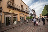 Querétaro, Qro. 23 de diciembre 2015. A sólo un día de Nochebuena, queretanos salen a realizar sus compras en el primer cuadro de la ciudad. Foto: Alejandra L. Beltrán / Obture Press Agency