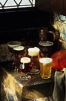 Europe/Belgique/Flandre/Province d'Anvers/Anvers : Assortiment de bières belges dans leur bocks dans la cuisine de la Maison des Bouchers (XVI°)