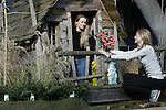 Foto: VidiPhoto<br /> <br /> DEN BOSCH &ndash; In de Brabanthallen in Den Bosch wordt woensdag door honderden hoveniers en decorateurs koortsachtig gewerkt aan TuinIdee 2017. Het grootste tuinevent van Nederland gaat donderdag 16 februari voor de 25e keer op rij van start met meer dan 200 exposanten. Op TuinIdee is dit jaar voor het eerst een klimaatbestendige tuin ingericht voor watermanagement en duurzaamheid. In spectaculaire klimaatkamers zijn de gevolgen van klimaatverandering te zien en te beleven. Verder zijn er tal van voorbeeldtuinen en trendtuinen ingericht, zoals de energieke, de ge&euml;mancipeerde en de harmonieuze tuin. Voor advies van kwekers, de plantendokter of tuinontwerpers kunnen bezoekers terecht in het Tuinatelier, waar gratis tuinschetsen gemaakt worden. De organisatie verwacht tot en met zondag meer dan 30.000 belangstellenden.