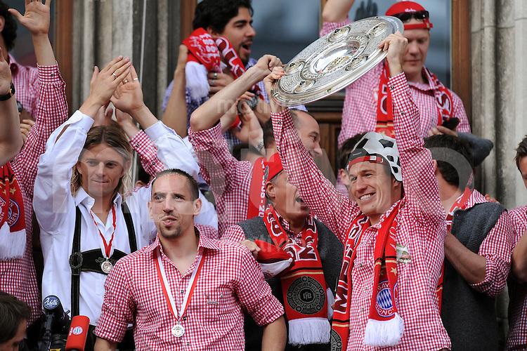 Fussball 1. Bundesliga :  Saison   2009/2010    09.05.2010 Der FC Bayern Muenchen  feiert  auf dem Muenchner Marienplatz die  Deutscher Meister 09/10: Franck Ribery, Arjen Robben (v. li., FC Bayern mit Meisterschale