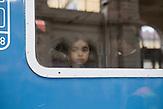 Ein kleines syrisches(?) Mädchen wartet im Zug im budapester Ostbahnhof auf die Losfahrt