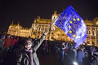 UNGARN, 12.04.2017, Budapest - V. Bezirk. Proteste gegen das Gesetzesvorhaben der Fidesz-Regierung, Nichtregierungsorganisationen nach russischem Vorbild als &quot;auslaendische Agenten&quot; zu diskreditieren, wenn sie Foerderung aus dem Ausland erhalten, z.B. von der EU: Spaeter sammelt sich die wuetende Menge auf dem Kossuth-Lajos-Platz vor dem Parlament. Schwenken der EU-Flagge. | Protests against the Fidesz government's Russian-inspired draft law to discredit NGOs as &quot;foreign agents&quot; when they  reiceive funding from abroad, e.g. from the EU: Later the angry crowd gathers on Kossuth square in front of the parliament building. Waving the EU flag.<br /> &copy; Martin Fejer/EST&amp;OST