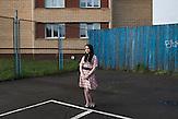 Protagonistin Nadja auf dem Sportplatz hinter ihrem Wohnhaus / 23 Jahre alt, wohnt in Moskau, HIV-infiziert, ausgebildete Sozialpädagogin, arbeitet einerseits im Baustoffhandel und ehrenamtlich in einer HIV-Beratungsstelle