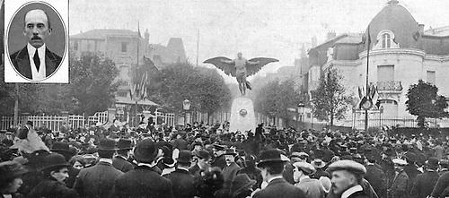 Monumento erigido por el aero-club de Francia para conmemorar los primeros ensayos de navegación aérea, realizados por Santos Dumont en 1901 y 1906. © Harlingue, 1913