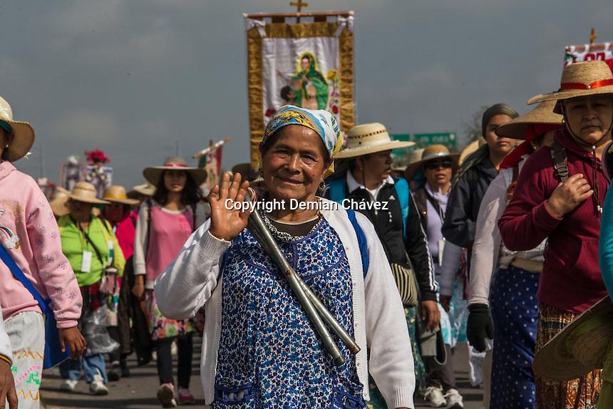 Querétaro, Qro. 16 de julio de 2016.- Después de una semana por la Sierra, este sábado inició la caminata de las Peregrinas al Tepeyac. Saliendo de la iglesia de la congregación y después de siete días, arribarán a la basílica de Guadalupe en la Ciudad de México el próximo domingo 24 de julio.