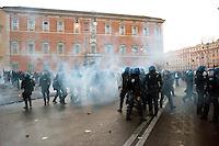 Roma  15 Ottobre 2011.Manifestazione contro la crisi e l'austerità.Scontri tra manifestanti e forze dell'ordine.La polizia indietreggia  dal  piazzale antistante la Basilica di San Giovanni.