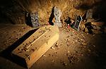 Foto: VidiPhoto<br /> <br /> HAN-SUR-LESSE - De grotten van Han in de Belgische Ardennen bij Han-sur-Lesse staan tijdens de Allerheiligenweek (30, 31 oktober en 1 november) 's avonds in het teken van Halloween. De gangen en kamers van de grotten worden op dit moment in gereedheid gebracht voor het griezelspektakel Hanlloween. Bezoekers kunnen in de omgeving en het grottenstelsen, waar een spookhuis is nagebouwd, kennis maken met &quot;de krachten van het kwade&quot;, zoals weerwolven, heksen en vampieren. Er is slechts &eacute;&eacute;n probleem: de Hannloweengidsen spreken tijdens de horrortochten alleen Frans. Net als in Nederland neemt de belangstelling voor Halloween in Belgi&euml; explosief toe.