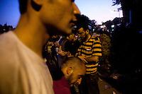 EGITTO, IL CAIRO 9/10 settembre 2011: assalto all'ambasciata israeliana. Migliaia di manifestanti egiziani, ancora infuriati per l'uccisione di cinque guardie di frontiera egiziane da parte dell'esercito israeliano, hanno fatto irruzione nella sede diplomatica israeliana e sono stati poi sgomberati da esercito e polizia egiziana. Nell'immagine: alcuni manifestanti in fila con le braccia incrociate.<br /> Egypt attack to the Israeli embassy  Attaque &agrave; l'ambassade israelienne Caire