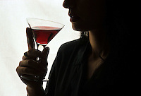 Cibi e bevande. Food and beverages..Donna beve un bicchiere di vino rosso..Girl drink a glass of red wine....