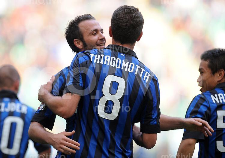 FUSSBALL INTERNATIONAL   SERIE A   SAISON 2011/2012    Inter Mailand - Chievoverona  23.10.2011 Jubel mit Matias Zarate Mauro , Thiago Motta (v. li., Inter Mailand)