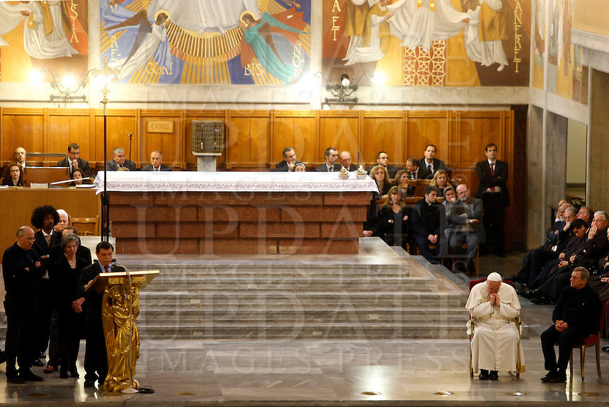 Papa Francesco col presidente di Libera Don Luigi Ciotti, a destra, durante la veglia di preghiera per le vittime innocenti della mafia nella parrocchia di San Gregorio VII a Roma, 21 marzo 2014.<br /> Pope Francis, flanked by Libera anti-mafia association's president Don Luigi Ciotti, right, during a vigil prayer for innocent victims of mafia, at the parish church of San Gregorio VII in Rome, 21 March 2014.<br /> UPDATE IMAGES PRESS/Riccardo De Luca<br /> <br /> STRICTLY ONLY FOR EDITORIAL USE