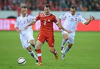 Fussball International  WM Qualifikation 2014   11.09.2012 Schweiz - Albanien Stephan LICHTSTEINER (Schweiz) gegen Ansi Agolli (li, Albanien) und Burim Kukeli (re, Albanien)