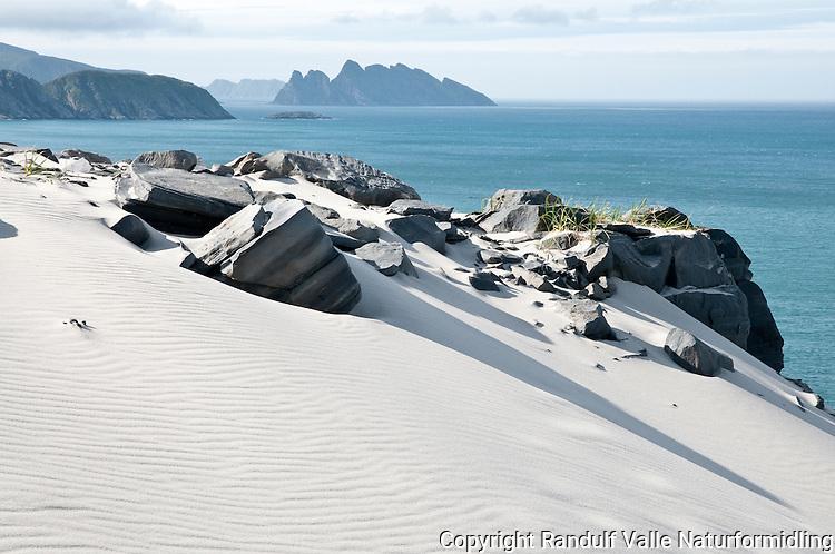 Sandfjellet på Sørøya. Lille-Kamøya i bakgrunnen. ---- White sand at Sørøya.