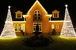 Foto: VidiPhoto<br /> <br /> HERVELD - Het kost een paar lampjes en een meterkast waar de rook uit komt, maar dan heb je ook wat. Een vrijstaande woning in Herveld in de Betuwe is versierd met duizenden lampjes inclusief twee uitbundig verlichte kerstbomen. Met als resultaat dat het levensgrote Kerstornament flink de aandacht trekt van nieuwsgierige voorbijgangers. Steeds meer Nederlanders gaan er toe over om hun woning in de donkere dagen voor Kerst rijkelijk te versieren. Een rage die is overgewaaid vanuit de VS, waar het de gewoonte is dat buren en buurten tegen elkaar 'opbieden' in overmatige en exclusieve Kerstverlichtingen.