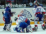 Eishockey, DEL, Deutsche Eishockey Liga 2003/2004 , 1.Bundesliga Arena Nuernberg (Germany) Nuernberg Ice Tigers - Iserlohn Roosters (7:2) Schlaegerei am Boden, Konstantin Firsanov (IceTigers) gegen Lars Brueggemann (Iserlohn)