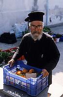 Europe/Chypre/Paphos : Pope arrivant de son village et déchargeant sa voiture sur le marché