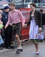 FUSSBALL   1. BUNDESLIGA   SAISON 2012/2013    Die Mannschaft des FC Bayern Muenchen besucht das Oktoberfest am 07.10.2012 Thomas Mueller mit Frau Lisa
