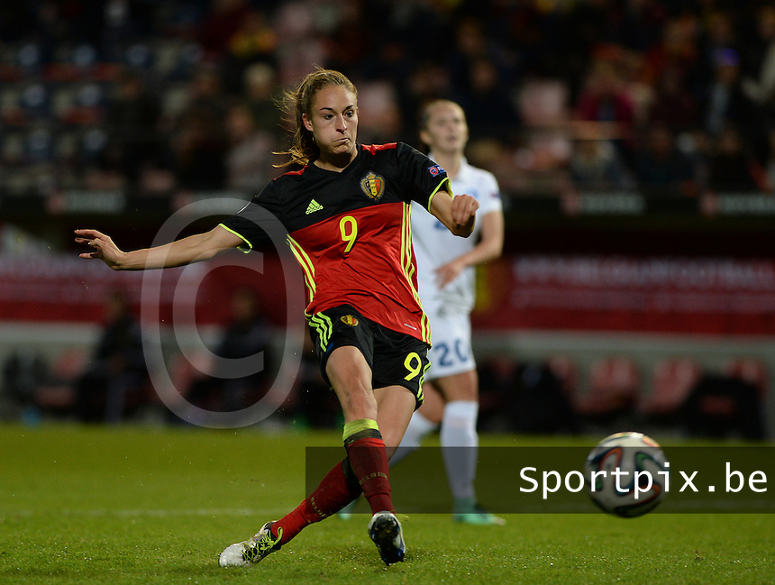 20160412 - LEUVEN ,  BELGIUM : Belgian Tessa Wullaert  pictured scoring the 5-0 lead during the female soccer game between the Belgian Red Flames and Estonia , the fifth game in the qualification for the European Championship in The Netherlands 2017  , Tuesday 12 th April 2016 at Stadion Den Dreef  in Leuven , Belgium. PHOTO SPORTPIX.BE / DAVID CATRY