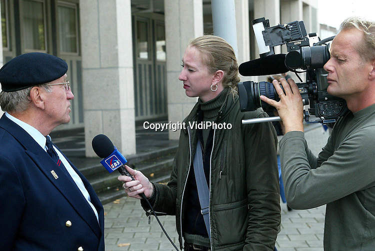 Foto: VidiPhoto..ARNHEM - Tijdens de pauze van de rechtzaak tegen Erik O. ..maandagmiddag, spreken diverse oud-militairen voor het Paleis van Justitie in Arnhem schande van de aanpak van Justitie.