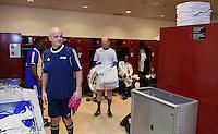 Fussball International 29.02.2016 Fussball International FIFA Praesident Gianni Infantino (Schweiz) erster Tag im Home of Fifa Freundschaftsspiel FIFA Mitarbeiter und Ex Fussballer FIFA Praesident Gianni Infantino (li, Schweiz) steht in der Umkleide
