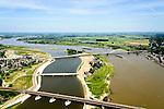 Nederland, Gelderland, Nijmegen, 09-06-2016; stadseiland Veur-Lent gezien naar de verlengde Waalbrug. In de midden de nieuwe brug, De Promenadebrug (De Lentloper) naar het eiland Veur Lent. De landtong is ontstaan  door de dijkverlegging bij Lent en het aanleggen van de nevengeul. Project Ruimte voor de River (Ruimte voor de Waal). <br /> The finished dike relocation of Lent with the resulting flood trench and the city-island. City of Nijmegen in the foreground. Project Ruimte voor de Rivier: Room for the River.<br /> luchtfoto (toeslag op standard tarieven);<br /> aerial photo (additional fee required);<br /> copyright foto/photo Siebe Swart