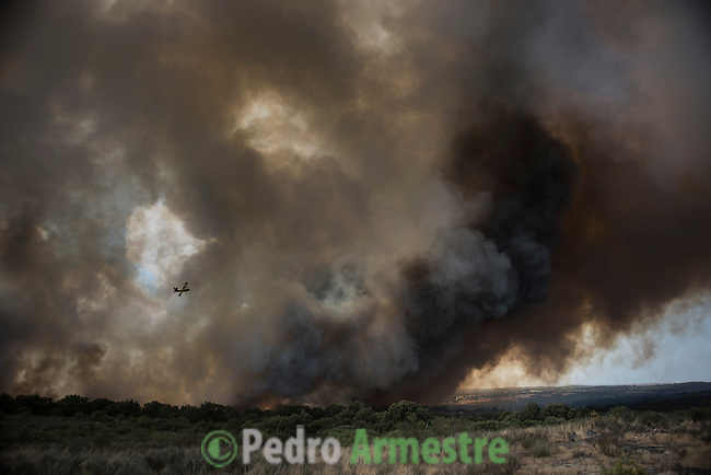 A firefighting bomber aircraft flys above a wildfire in Lucenza, in Cualedro, near Ourense on August 30. A fire broke out on August 30, 2015 around noon in the Cualedro town in Galicia, northwest Spain, affecting at least 3,180 hectares of forest, as seven fires continued to burn in Spain, three in Galicia, one in Cantabria, one in Castile and Leon, one in Catalonia and Extremadura. © Pedro ARMESTRE