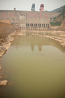 Daytime vertical view of the Sānménxiá Dam on the Huang He in the Sānménxiá Shì Húbīn District in Hénán Province.  © LAN