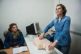 Hadije Hulaj, 46 Jahre alt, Krankenschwester<br /> aus Prizren, ist unter den<br /> zw&ouml;lf Kosovarinnen und Kosovaren, die<br /> bald einen Job in einem Altenheim in<br /> Deutschland antreten d&uuml;rfen. .Es ist erst<br /> mal nur ein bezahltes Praktikum, sechs<br /> Monate lang. Doch die Aussichten auf<br /> eine Stelle sind gut. Es w&auml;re ihre erste<br /> Vollzeitstelle seit 14 Jahren. /  Hadije Hulaj giving first aid  instructions at the Red Cross center in the town of Prizren