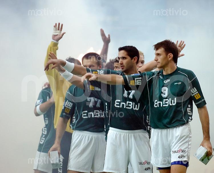 Handball Herren, 2.Runde DHB-Pokal 2004/2005 Goeppingen (Germany) FrischAuf! Goeppingen - TV Grosswallstadt (29:23) Mannschaft Frischauf begruesst die Zuschauer, v.r.n.l. Marc Amargant (FAG) Jaliesky Garcia (FAG) Aleksandar Knezevic (FAG)