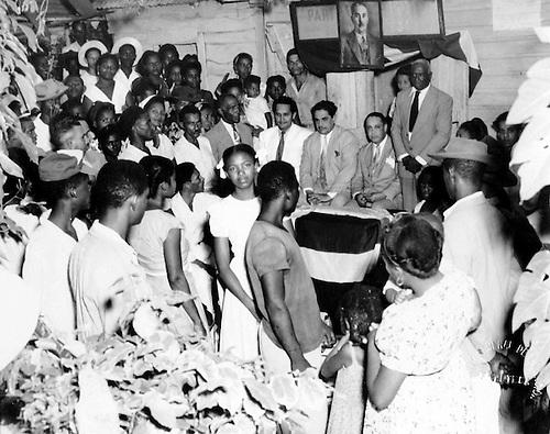 Integrantes de la Junta Directiva del Partido Dominicano en Villa Duarte. Campaña de Alfabetización. Noviembre, 1952. © AGN.