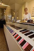 Europe/Belgique/Flandre/Flandre Occidentale/Bruges Boutique: BbyB, créateur du concept de haute couture dans le chocolat belge, par Bart Desmidt et Jean Verleye  //  Belgium, Western Flanders, Bruges: Chocolate BbyB,