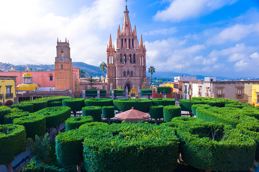 Overview of the main square plaza principal with the for Jardin san miguel de allende