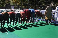 Gli immigrati musulmani si incontrano a Piazza Vittorio, Roma, per la preghiera di Eid al-Fitr che segna la fine del mese di digiuno del Ramadan..Muslim immigrants meet in Piazza Vittorio, in Rome's Esquilino multi-ethnic quarter, for Eid al-Fitr prayer for the end of the fasting month of Ramadan..Roma 10 Settembre 2010...