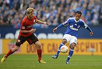 FUSSBALL   1. BUNDESLIGA   SAISON 2012/2013    29. SPIELTAG FC Schalke 04 - Bayer 04 Leverkusen                        13.04.2013 Simon Rolfes (li, Bayer 04 Leverkusen) gegen Raffael (re, FC Schalke 04)