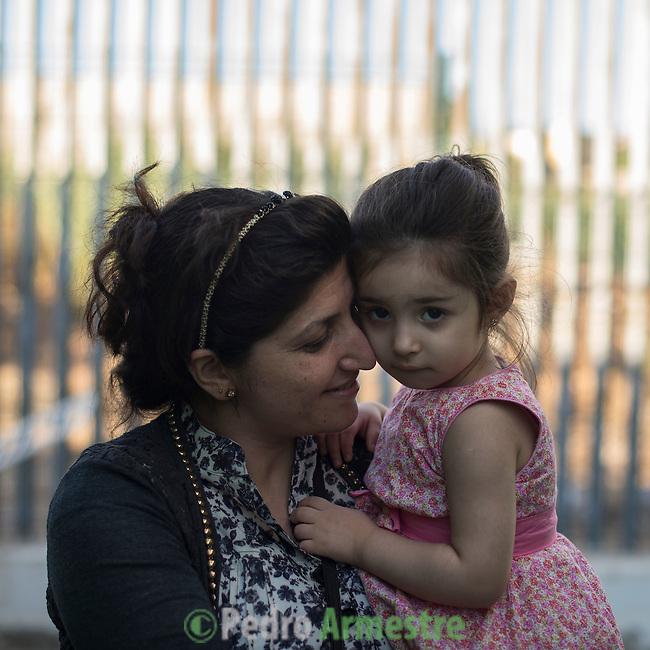 16 septiembre 2015. Melilla <br /> La peque&ntilde;a Savin Cheiko lleg&oacute; sola al Centro de Estancia Temporal de Inmigrantes (Ceti) de Melilla. Un pasante marroqu&iacute; cruz&oacute; con ella la frontera desde Marruecos a Espa&ntilde;a. En el Ceti la esperaba su madre, Chirin Hajare. Son de Kobani. En Nador espera su marido y otros dos hijos m&aacute;s (un beb&eacute; de dos meses y otro ni&ntilde;o de 8 a&ntilde;os). La ONG Save the Children exige al Gobierno espa&ntilde;ol que tome un papel activo en la crisis de refugiados y facilite el acceso de estas familias a trav&eacute;s de la expedici&oacute;n de visados humanitarios en el consulado espa&ntilde;ol de Nador. Save the Children ha comprobado adem&aacute;s c&oacute;mo muchas de estas familias se han visto forzadas a separarse porque, en el momento del cierre de la frontera, unos miembros se han quedado en un lado o en el otro. Para poder cruzar el control, las mafias se aprovechan de la desesperaci&oacute;n de los sirios y les ofrecen pasaportes marroqu&iacute;es al precio de 1.000 euros. Diversas familias han explicado a Save the Children c&oacute;mo est&aacute;n endeudadas y han tenido que elegir qui&eacute;n pasa primero de sus miembros a Melilla, dejando a otros en Nador.  &copy; Save the Children Handout/PEDRO ARMESTRE - No ventas -No Archivos - Uso editorial solamente - Uso libre solamente para 14 d&iacute;as despu&eacute;s de liberaci&oacute;n. Foto proporcionada por SAVE THE CHILDREN, uso solamente para ilustrar noticias o comentarios sobre los hechos o eventos representados en esta imagen.<br /> Save the Children Handout/ PEDRO ARMESTRE - No sales - No Archives - Editorial Use Only - Free use only for 14 days after release. Photo provided by SAVE THE CHILDREN, distributed handout photo to be used only to illustrate news reporting or commentary on the facts or events depicted in this image.