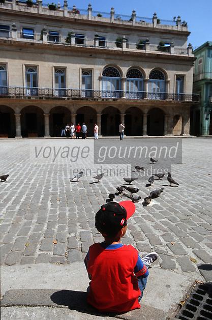 Cuba/La Havane: Place d'armes enfant, pigeons et hôtel Santa Isabel