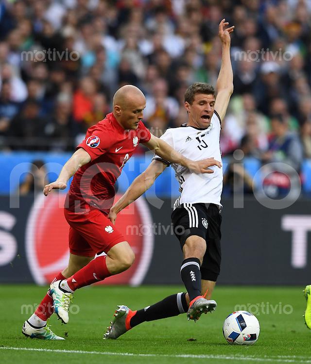 FUSSBALL EURO 2016 GRUPPE C IN PARIS Deutschland - Polen    16.06.2016 Michael Pazdan (li, Polen) gegen Thomas Mueller (re, Deutschland)
