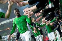 FUSSBALL   1. BUNDESLIGA   SAISON 2012/2013    20. SPIELTAG SV Werder Bremen - Hannover 96                           01.02.2013 Assani Lukimya (SV Werder Bremen) bedankt sich bei den Fans in der Ostkurve