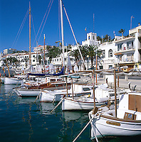 Spain, Balearic Islands, Menorca, Mahon: Harbour and Town | Spanien, Balearen, Menorca, Mahon: Stadt und Hafen mit Fischerbooten