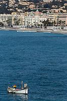 Europe/France/Provence-Alpes-Côte d'Azur/Alpes-Maritimes/Nice: Pointu à la Pêche devant la Promenade des Anglais // Europe, France, Provence-Alpes-Côte d'Azur, Alpes-Maritimes, Nice:  Pointu, local fishing boat in  front of the Promenade des Anglais