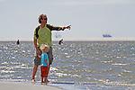 Nederland, Schiermonnikoog, 17-07-2010 Vader en zoon (model released)  op het strand. FOTO: Gerard Til / Hollandse Hoogte
