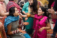 Delhi, India, 20 gennaio 2011. Matrimonio di Sumedha e Sapan. Sumedha durante le celebrazioni propiziatorie a casa della sposa. Il viso di Sumedha viene massaggiato dai familiari con un impasto a base di curcuma, spezia nota per le sue qualità purificatrici. La curcuma viene infatti utlizzata anche nella medicina Ayurvedica.